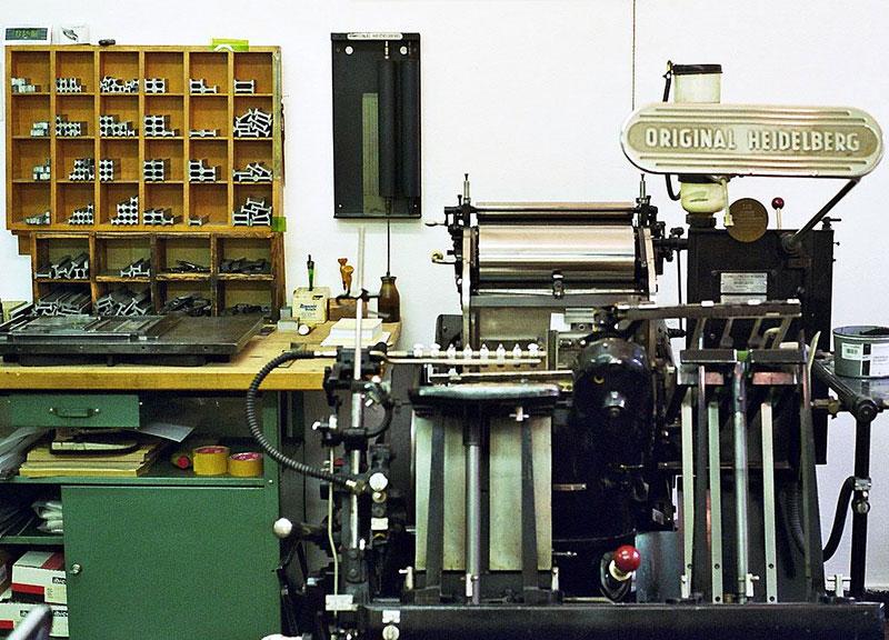 Buchdruckpresse Heidelberger-Tiegel und Druckerarbeitsplatz mit Schließplatte