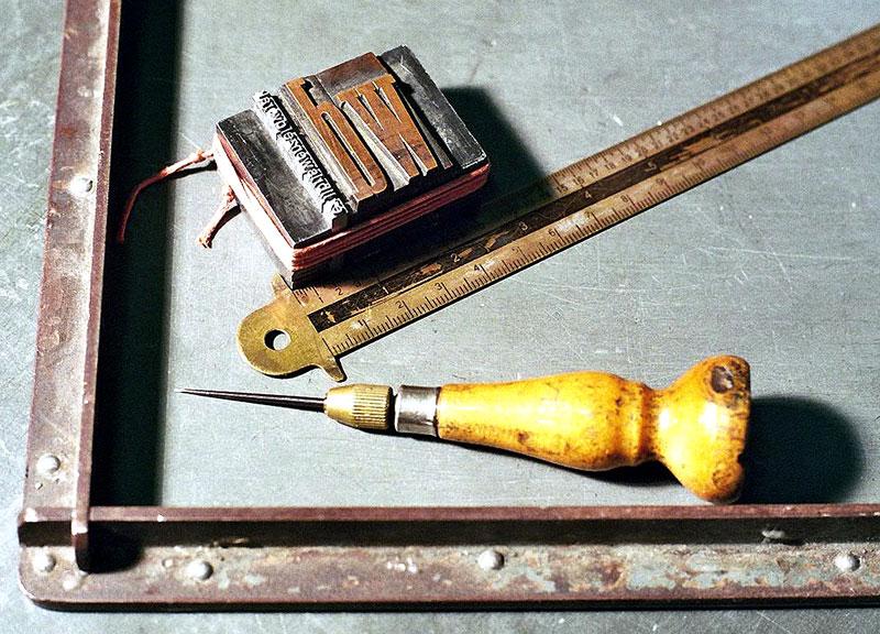 Setzschiff mit Druckform, Typometer und Ahle